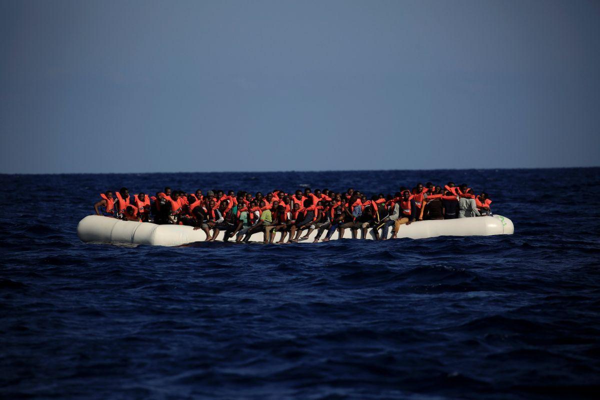 Беженцы часто умирают в море / REUTERS