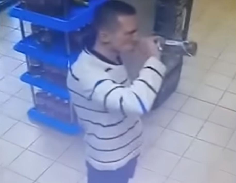 россиянин выпивает водку в супермаркете, чтобы не платить  / скриншот