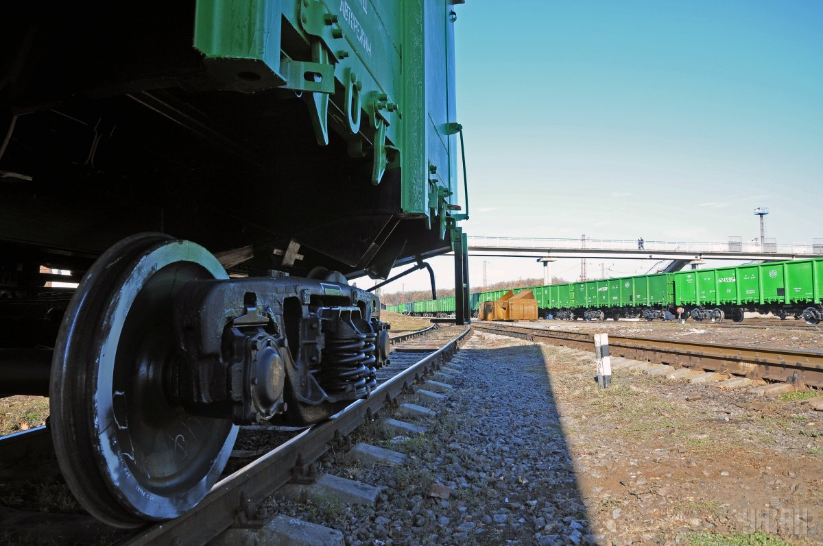 Из простаивающих составовкрадут не только грузы, но и запчасти самих вагонов / фото УНИАН
