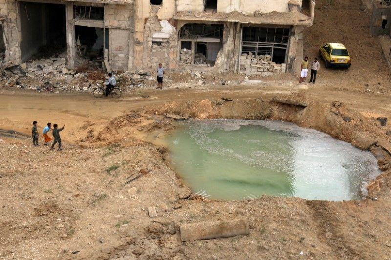 Воронки от бомбардировок в Алеппо / REUTERS