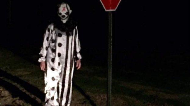 Одна девочка, напуганная сообщениями о клоунах, носила в школьном рюкзаке нож / Фото bbc.com via Facebook