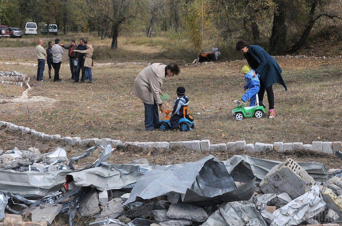 Волонтери використовують як матеріал для незвичайного годинника побутове сміття / Фото УНІАН