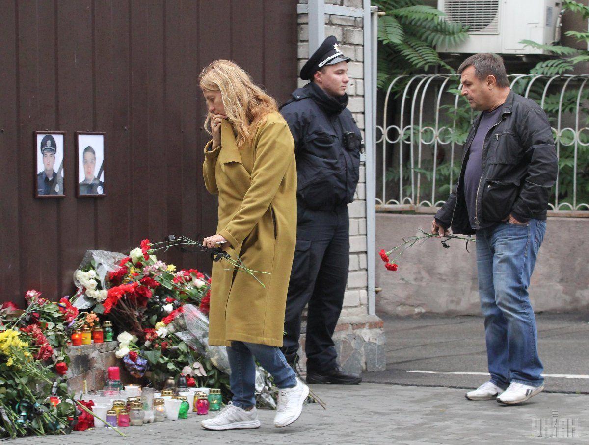 Люди несуть квіти до місця загибелі поліцейських та до управління патрульної поліції/ УНІАН