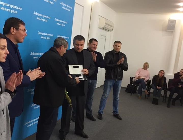 Водителя наградили пистолетом / facebook.com/anton.gerashchenko.7/