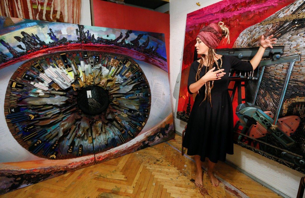 Дарина Марченко показує свої картини / Фото REUTERS/Valentyn Ogirenko