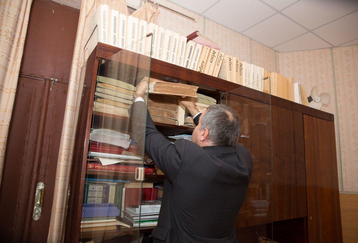 Степан демонструє УНІАН книжки, видані підприємством у різні роки