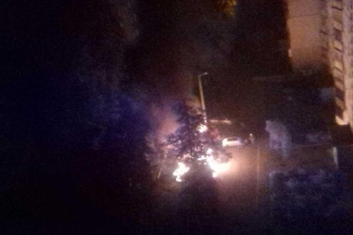 У Харкові вночі згоріли одразу п'ять автомобілів / Скріншот