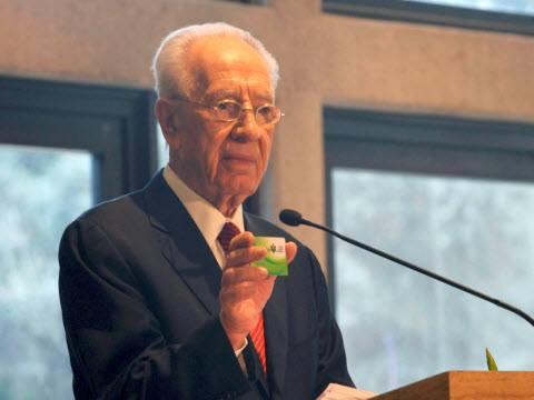 Шимон Перес с карточкой