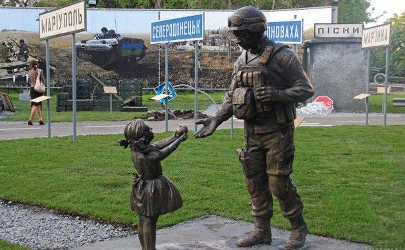 Скульптура девочки и воина / dnpr.com.ua