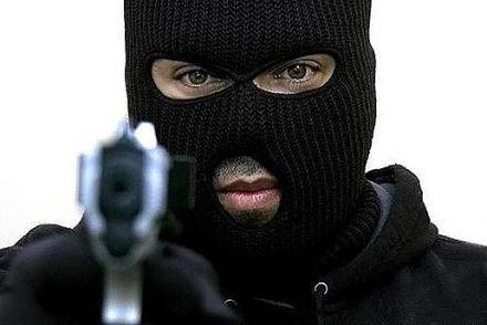 Поліцейським вдалося відтіснити злочинців на вулицю / фото ТСН