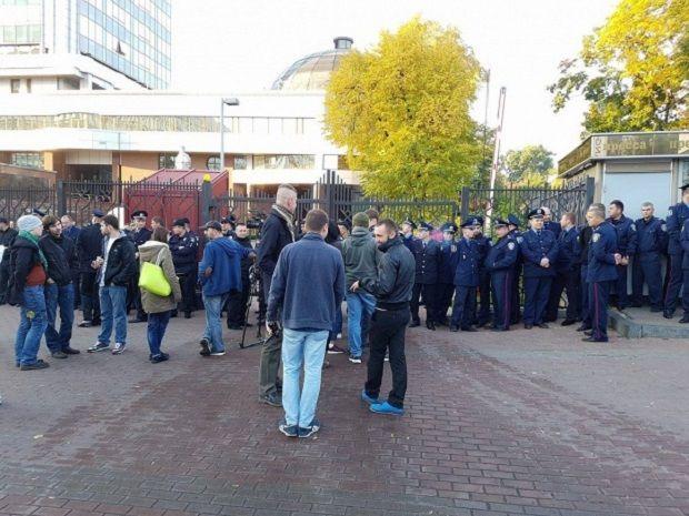 Активісти зібралися біля будівлі суду / ТСН
