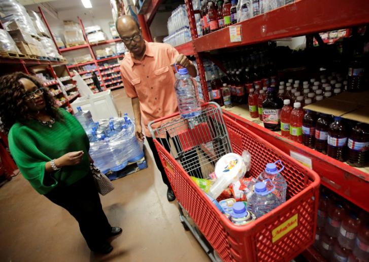 Люди закуповують усе необхідне перед ураганом / REUTERS