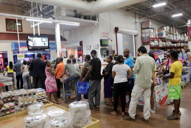 Черги у супермаркетах перед ураганом / REUTERS