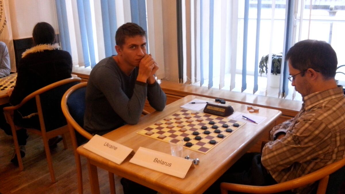 Украинские шашисты (слева - Денис Шкатула) завоевали серебро в блиц-турнире командного чемпионата Европы / ukrshashki.at.ua