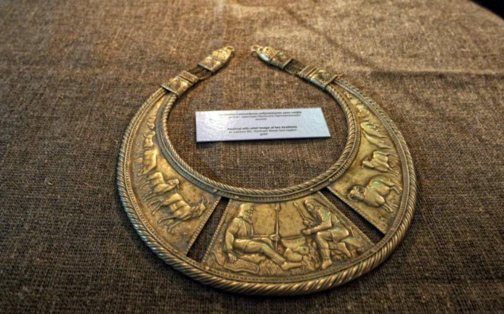 Золота пектораль на виставці скіфського золота / Фото УНІАН