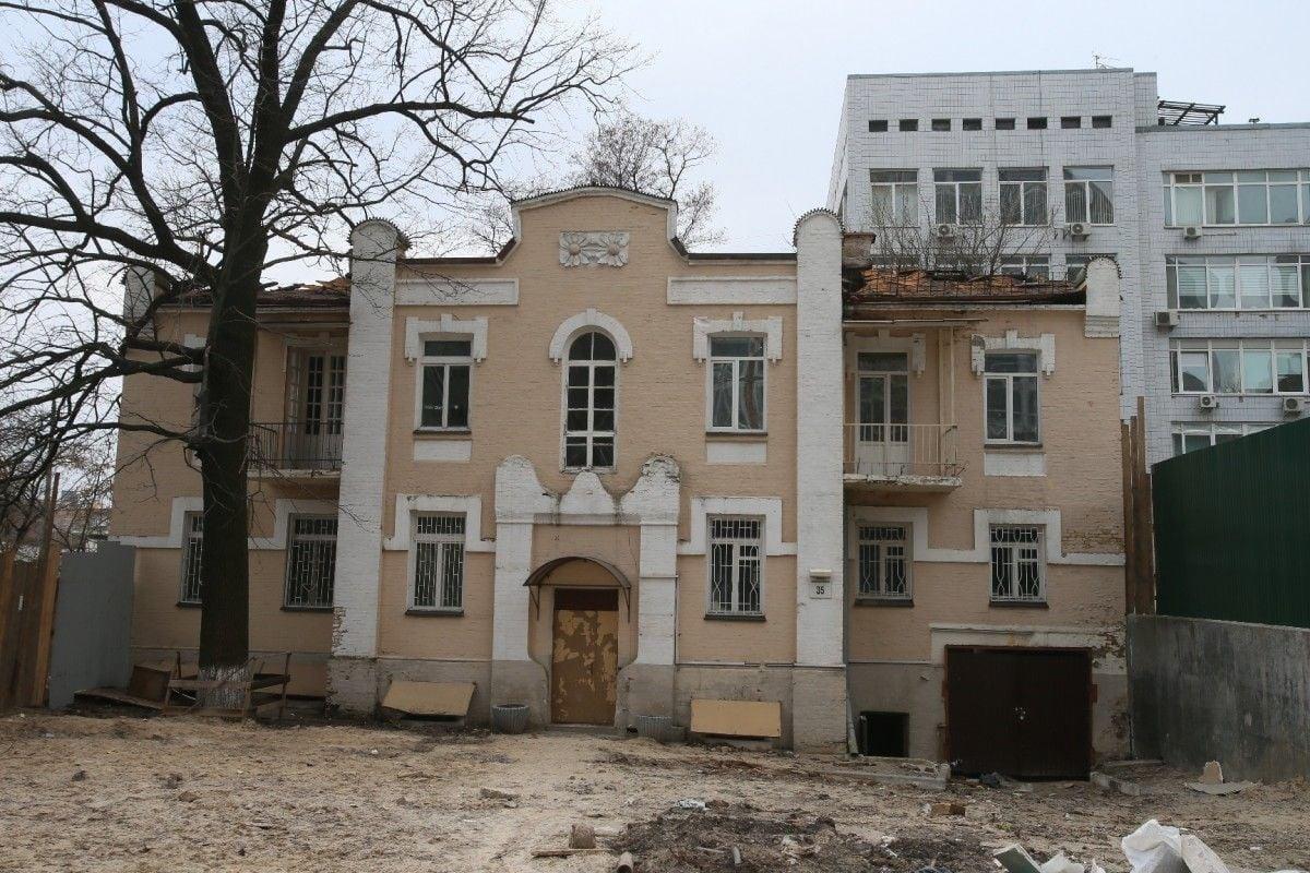 Об исключении дома из списка памятников стало известно за несколько часов до его сноса / Фото segodnya.ua