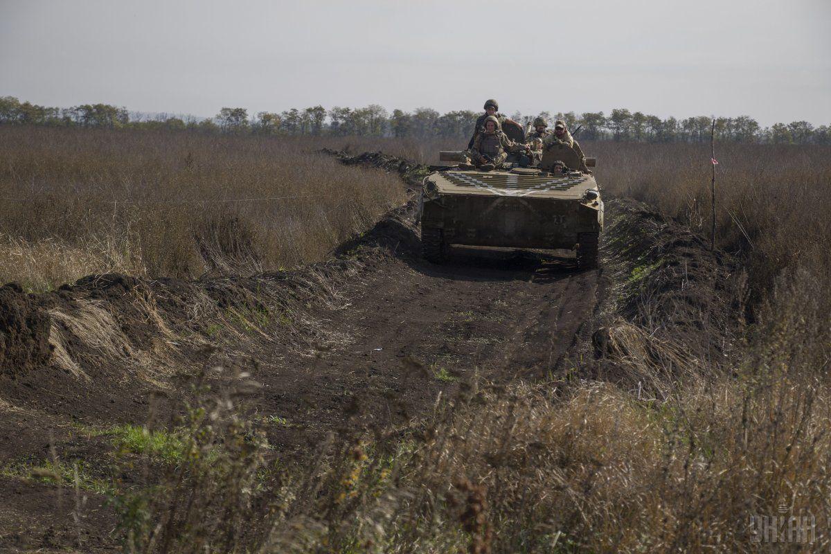 Передислоцировано42 военных, 48 единиц вооружения и 3 БМП / фото УНИАН