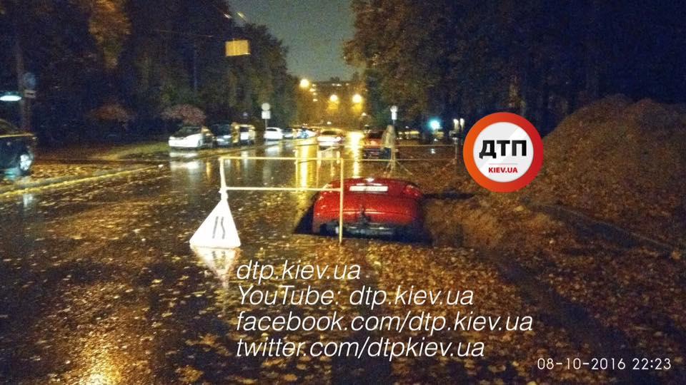 В Киеве автомобиль улетел в разрытую яму / facebook.com/dtp.kiev.ua