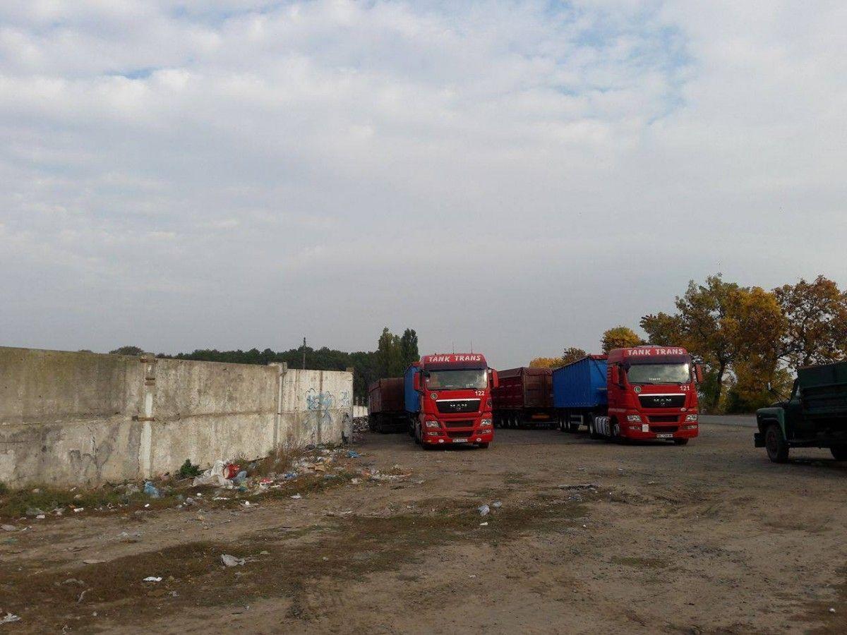 Місцеві мешканці бачили кілька вантажівок з нібито львівською реєстрацією / misto.vn.ua