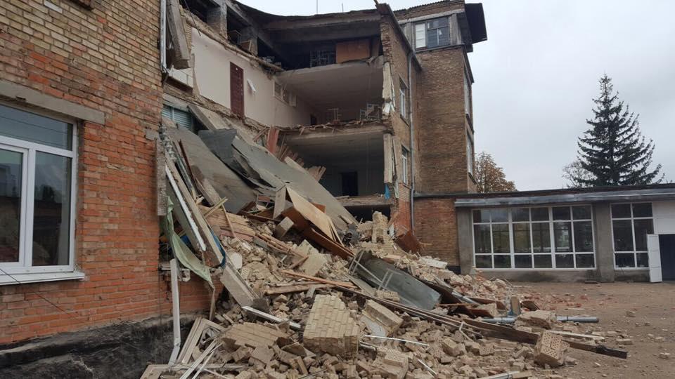 Директор школи припускає, що стіни обвалились через вологу / Фото facebook.com/igor.mosijcuk
