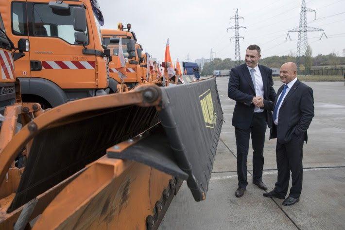 Віталій Кличко під час отримання техніки / Фото kievcity.gov.ua