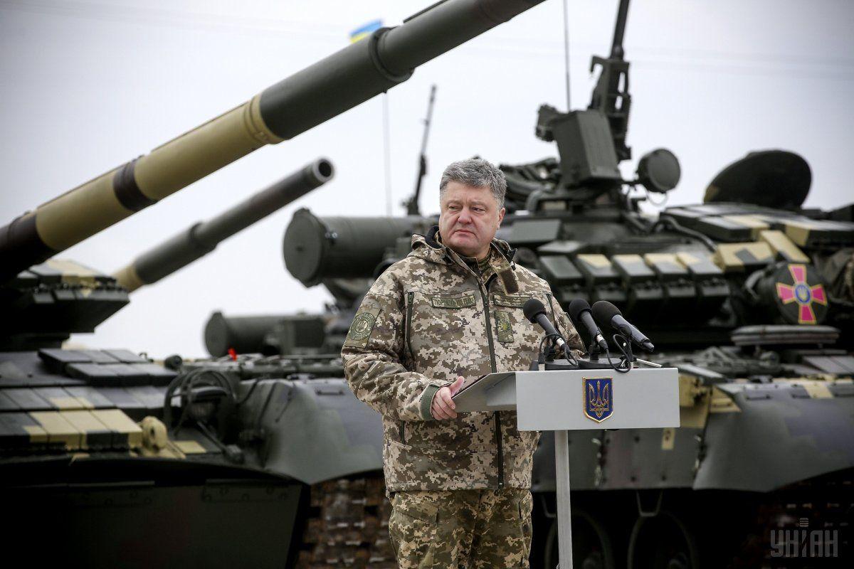 Порошенко в зоне АТО проинформировал о профессионализации армии / УНИАН