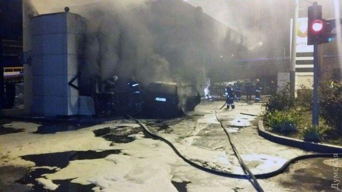 В Одессе машина врезалась АЗС и взорвалась / Думская