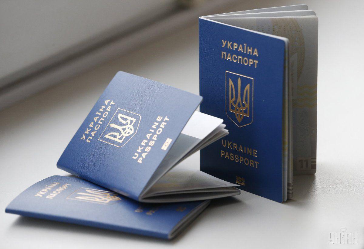 У візовому центрі громадянці повідомили, що відправили її паспорт у іншу країну / фото УНІАН