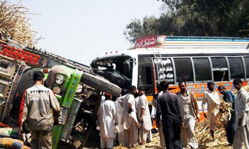 Зіткнення двох автобусів забрало життя 27 людей / Фото dailytimes.com.pk