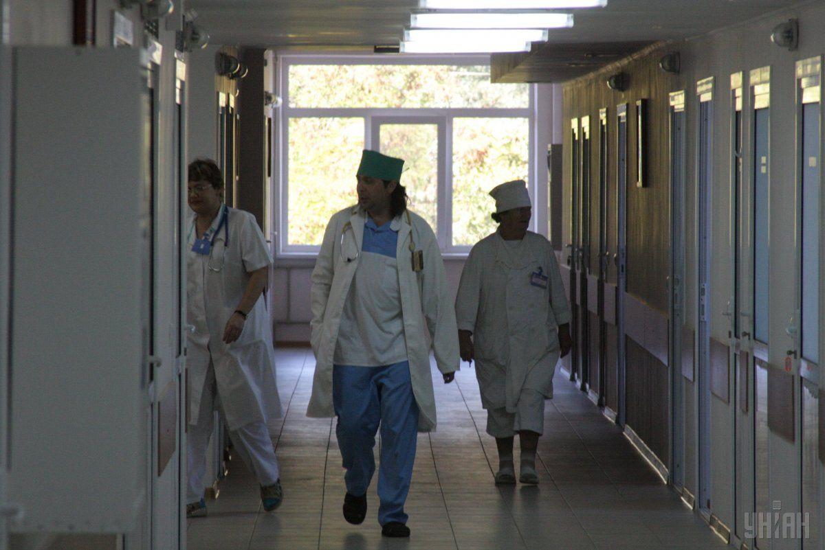 Уже несколько недель медики отделения, где лечат больных на коронавирус, не были дома \ УНИАН