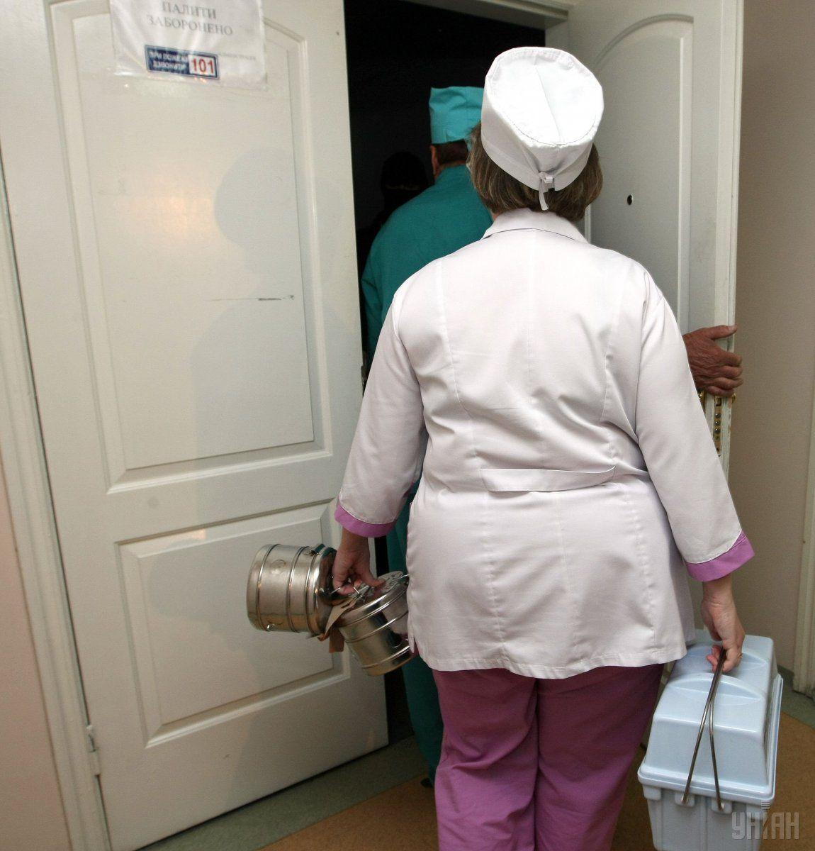 Когда малыш попал в больницу, его ноги уже были слабые \ фото УНИАН