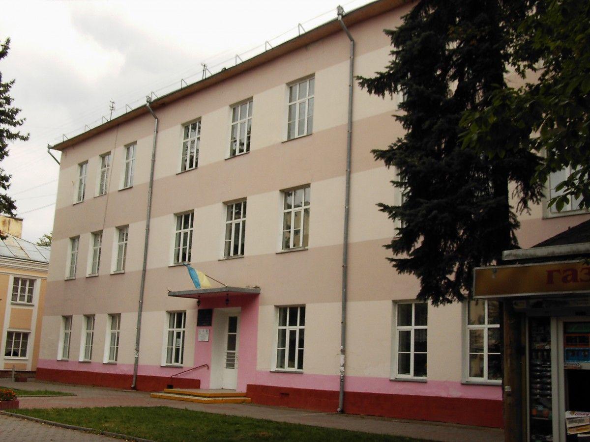 Тріщини на стінах навчального корпусу помітила директор школи / ФОТО pravda.if