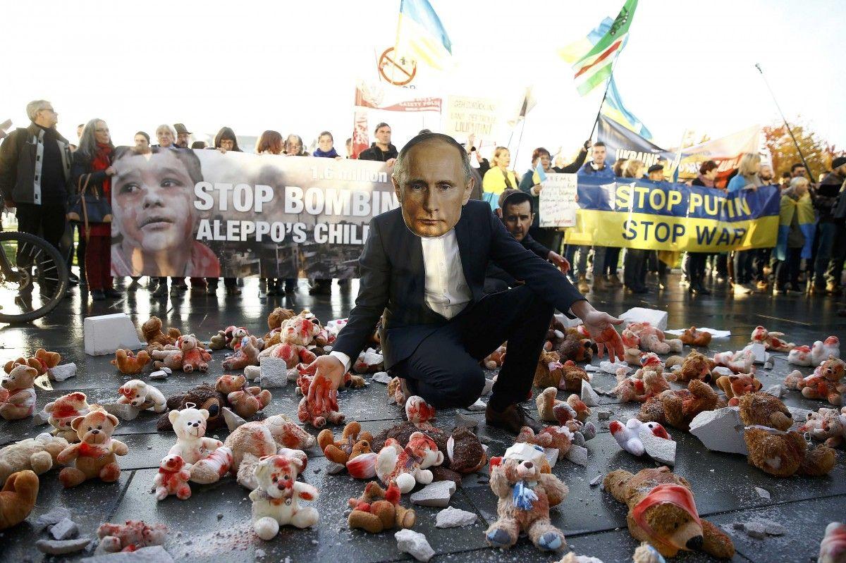 Активісти у Берліні на акції протесту проти Путіна / REUTERS