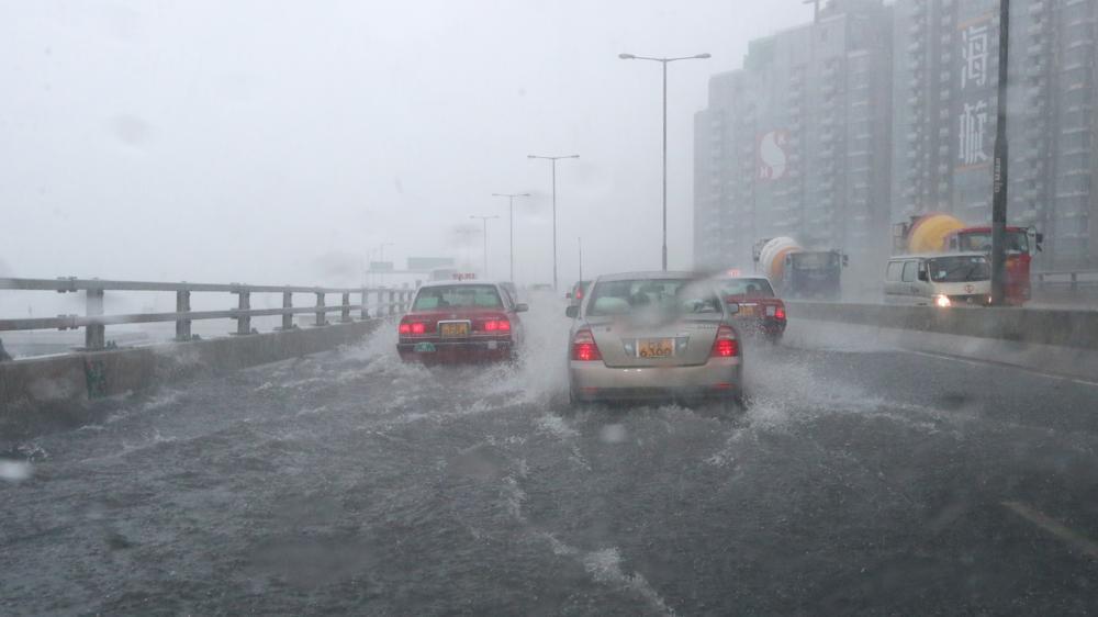 Ливень затопил улицы Гонконга / twitter.com @SCMP_News