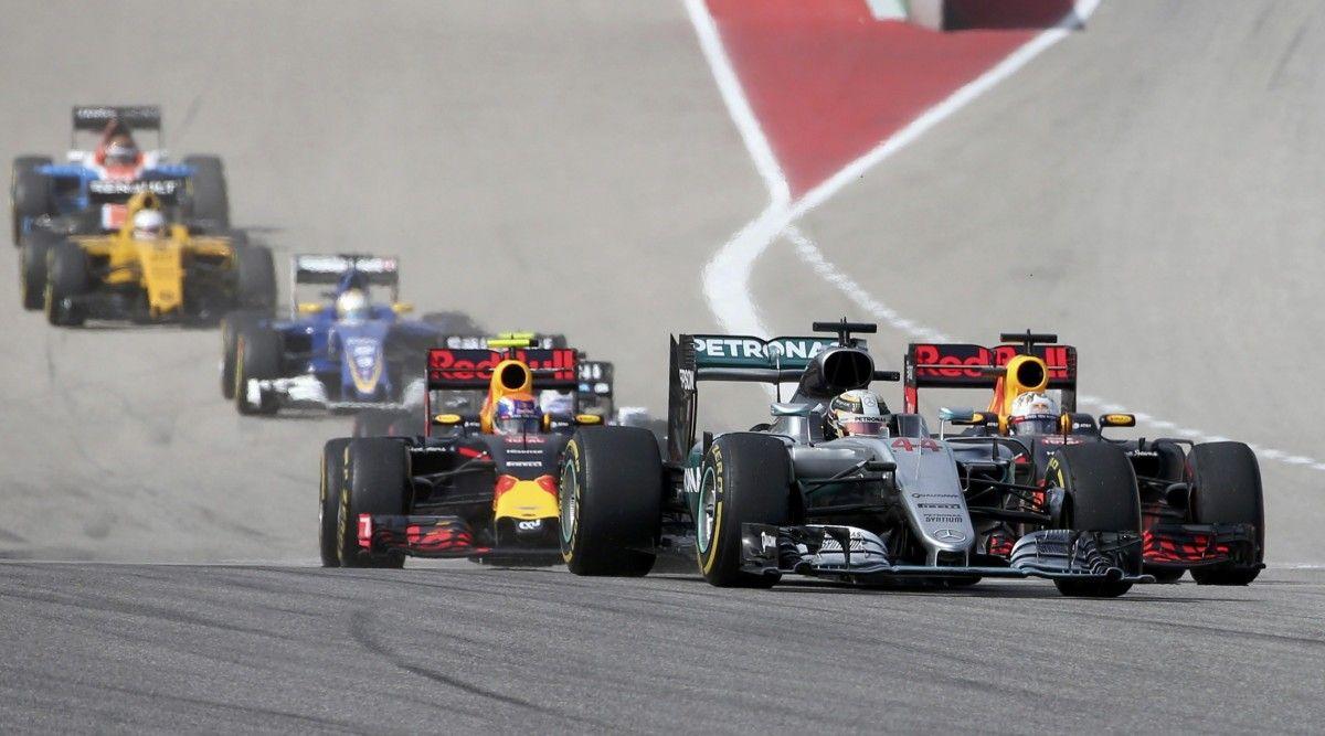 Хемілтон вийшов у лідери зі старту гонки / Reuters