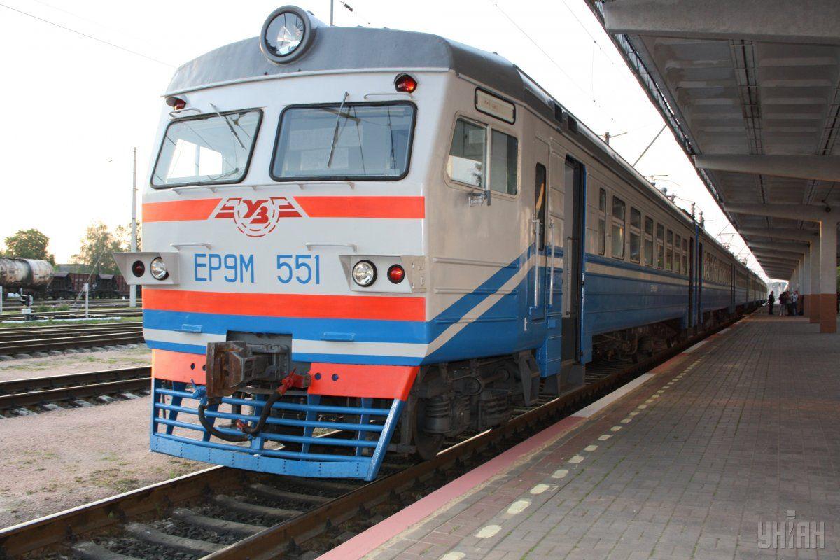 Жінка відкрила утамбурі двері йвистрибнула із потяга / фото УНІАН