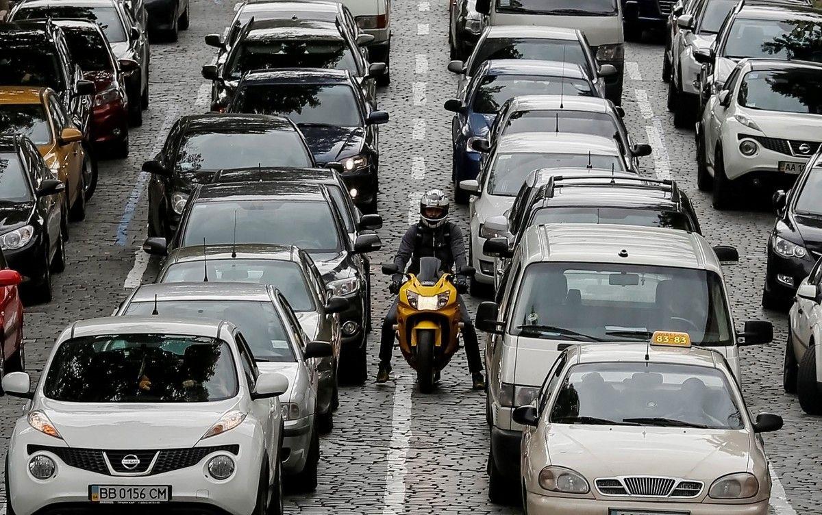 Автомобили на дороге в Киеве/ REUTERS