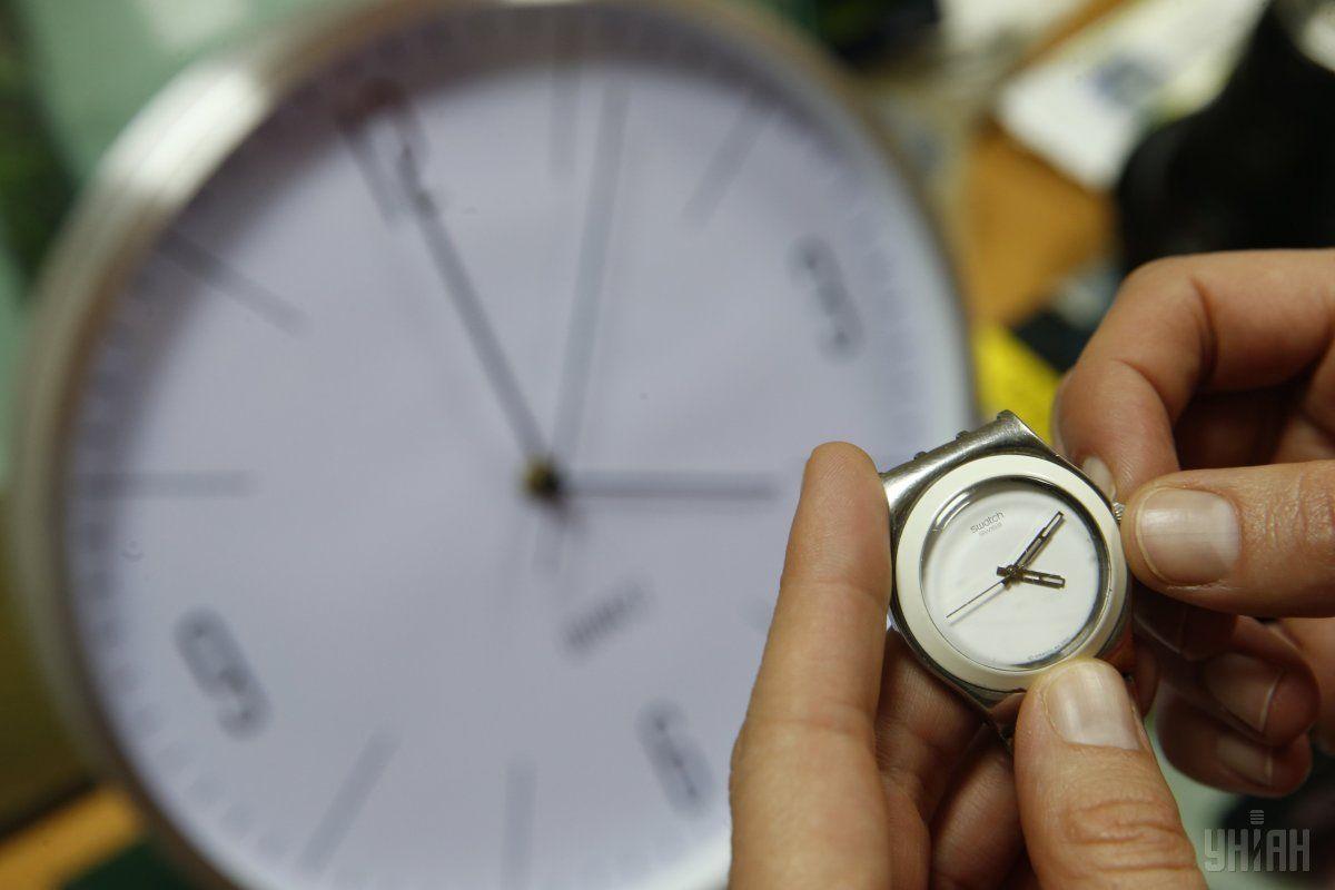 Стрелки часов надо будет перевести на час назад / фото УНИАН