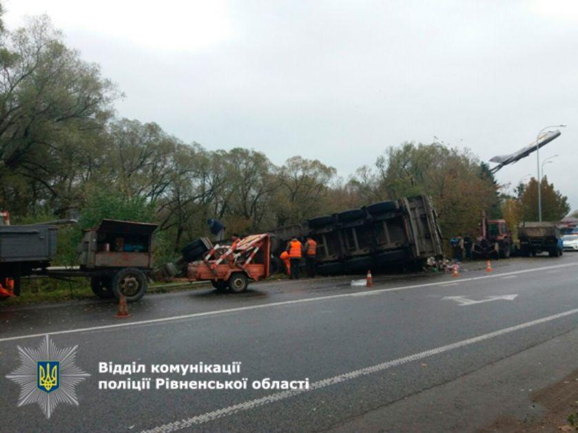 У фуры колесо отстрелилось, что привело к опрокидыванию / Фото rv.npu.gov.ua
