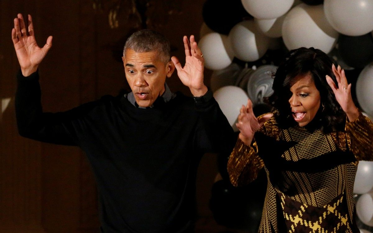 Барак Обама и Мишель Обама танцуют во время празднования Хэллоуина / REUTERS