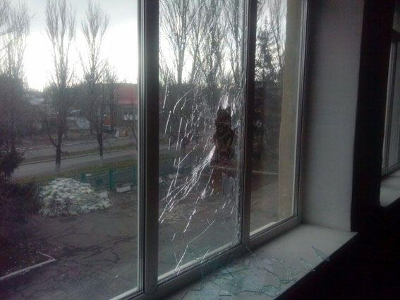 """Поранений один цивільний - він в момент """"прильоту"""" на своєму авто проїжджав повз школу / фото ГУ НП у Донецькій області"""