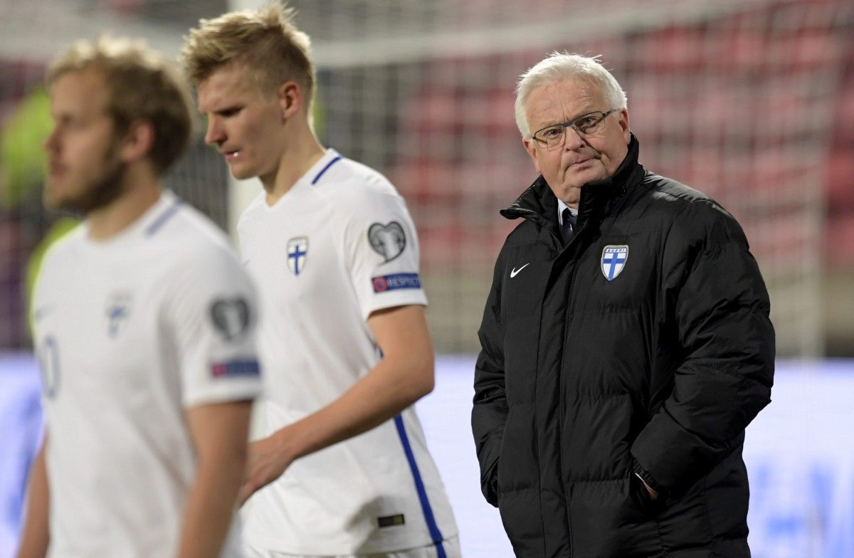 Главный тренер сборной Финляндии Ханс Баке (справа) / Reuters
