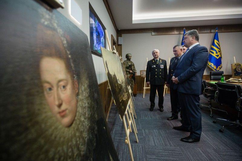 Петр Порошенко лично поздравил пограничников с успешной операцией по поиску коллекции ценных картин, фото: сайт президента Украины