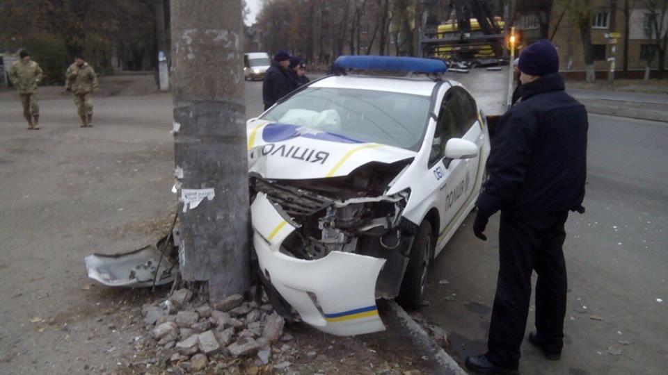 Полицейские на Toyota Prius протаранили столб / informator.dp.ua