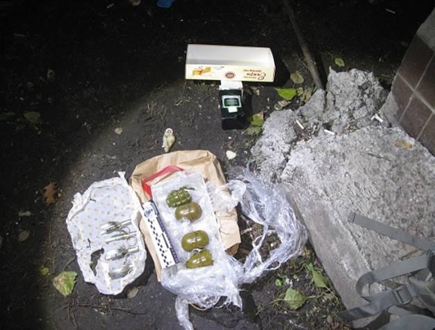 Мужчины пытались продать гранаты на улице / фото kyiv.npu.gov.ua