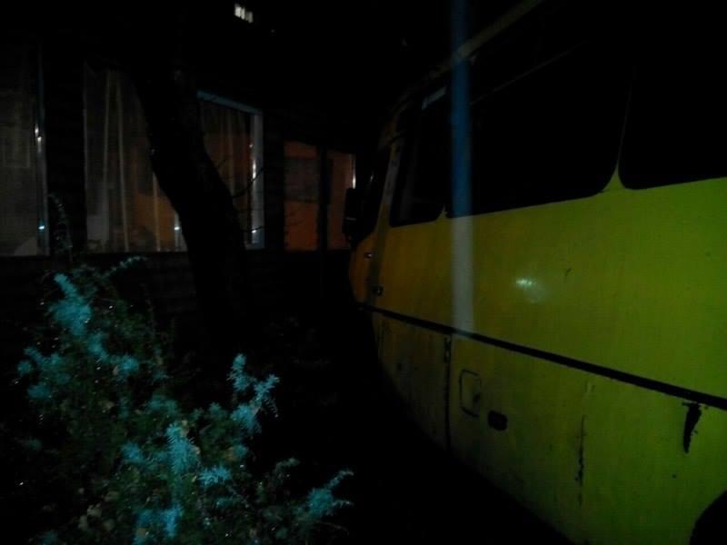В результате столкновения маршрутки и внедорожника в Львове пострадали три человека / Фото патрульной полиции
