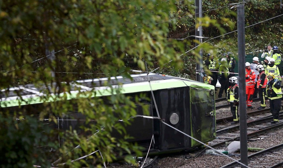 В Лондоне трамвай сошел с рельсов / REUTERS