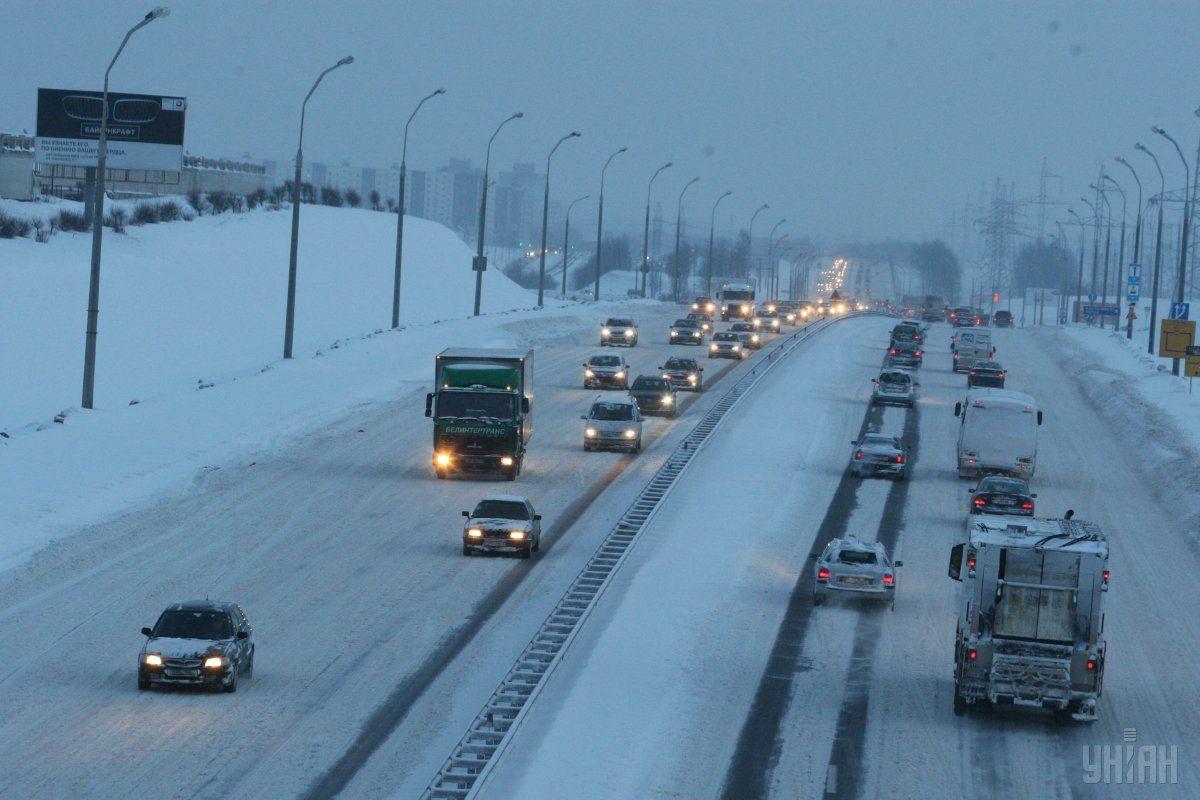 Рух автотранспорту на дорогах Полтавської області забезпечено / фото УНІАН