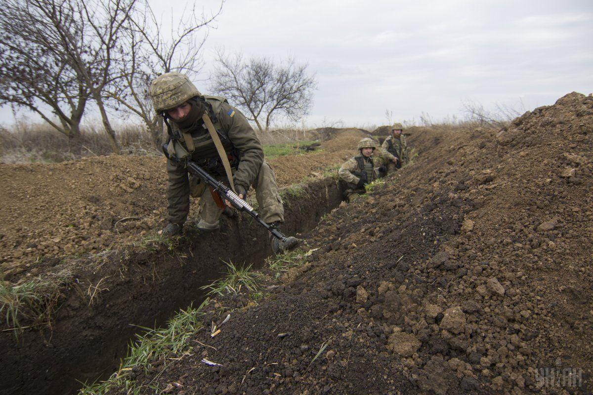 """Боевики нарушают """"тишину"""" и обстреливают бойцов ВСУ / фото УНИАН"""