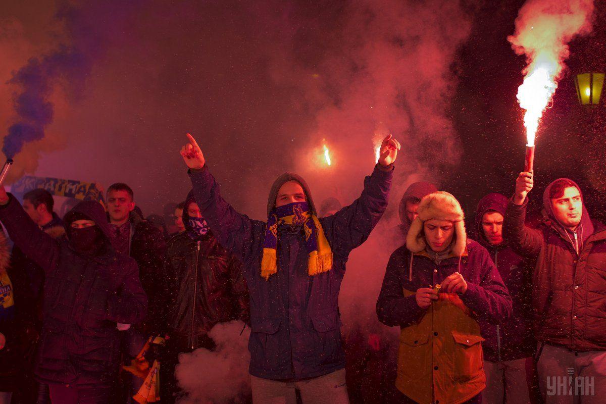 Сотни фанатов прошли маршем по исторической части города / УНИАН